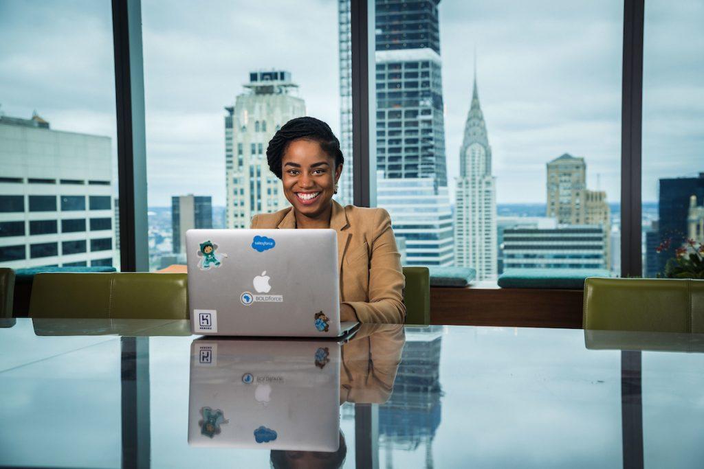 ¿Trabajas de forma remota? Salesforce te muestra cómo mejorar tu marca personal en canales digitales. ¡Es más fácil de lo que piensas!